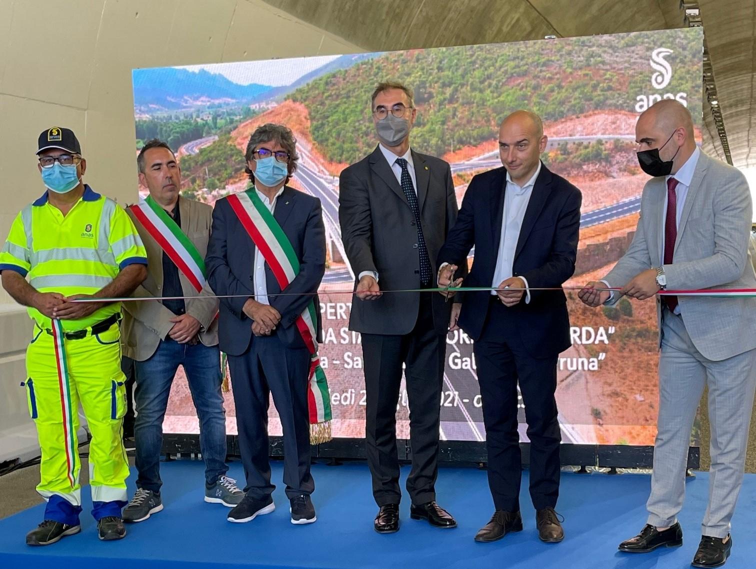 AD Anas Massimo Simonini e viceministro MIMS Alessandro Morelli al taglio del nastro del nuovo tratto stradale SS125 in Sardegna