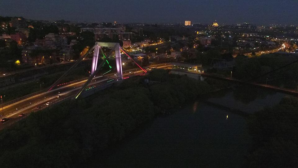 Immagine notturna del Ponte Morandi sull'Autostrada Roma - Aeroporto di Fiumicino