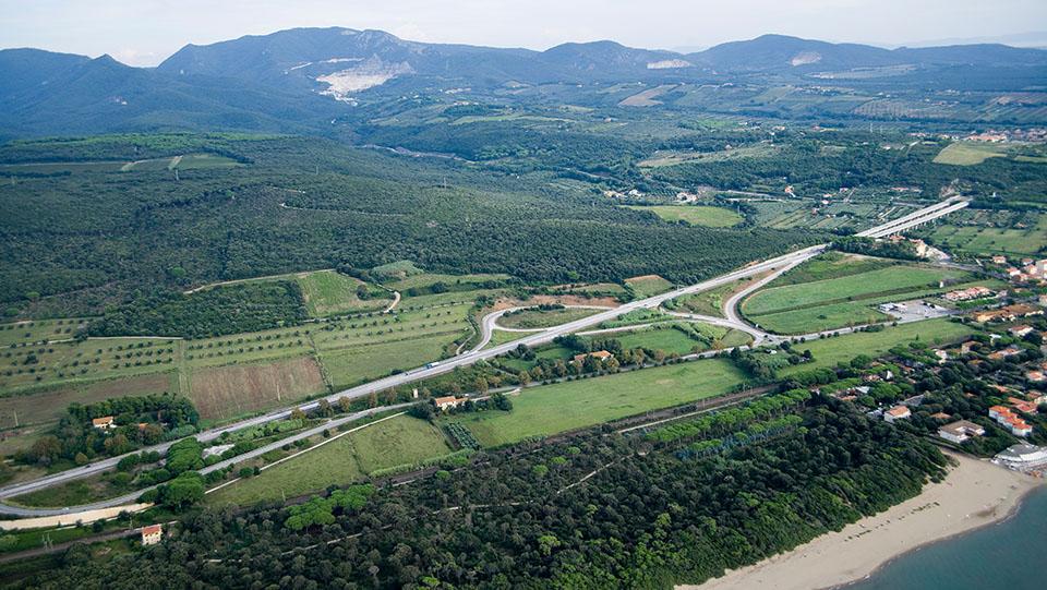 Immagine aerea della strada statale 1 Via Aurelia, svincolo San Vincenzo Nord