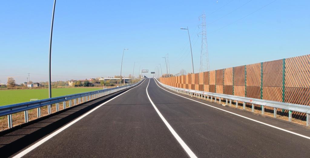 Immagine di un tratto stradale dove sono installate barriere antirumore