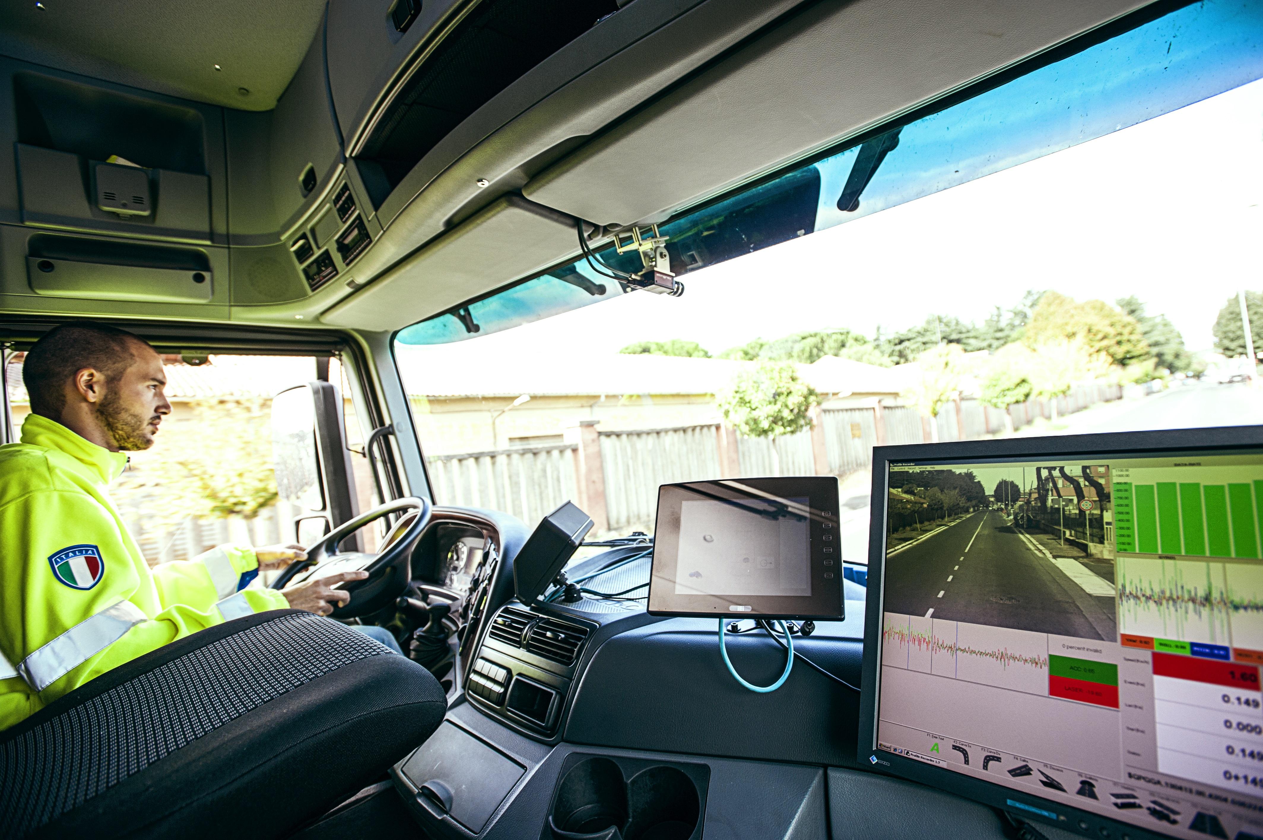 Immagine dell'interno di un mezzo per il controllo della pavimentazione stradale
