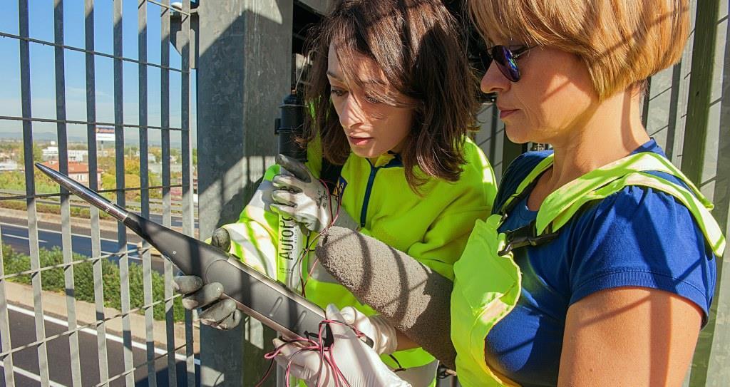 Immagine di due tecnici Anas durante la mappatura acustica di una strada