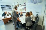 Immagine di persone impegnate in una riunione lavorativa