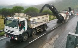 Immagine di mezzi Anas per il rifacimento del piano stradale