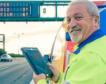 Immagine di un operatore Anas mentre programma un pannello a messaggio variabile