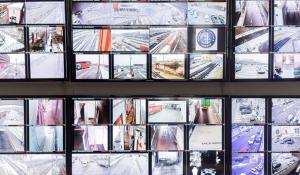 Foto di molti schermi con le immagini girate da varie telecamere su strada