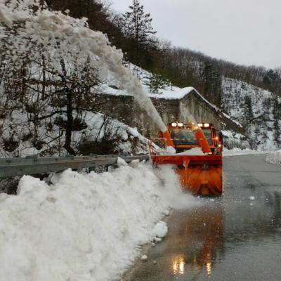 Turbina Anas impegnata a liberare la viabilità locale nelle frazioni dei comuni di Arquata del Tronto Acquasanta Terme e Ascoli Piceno Marche 23 gennaio 2017