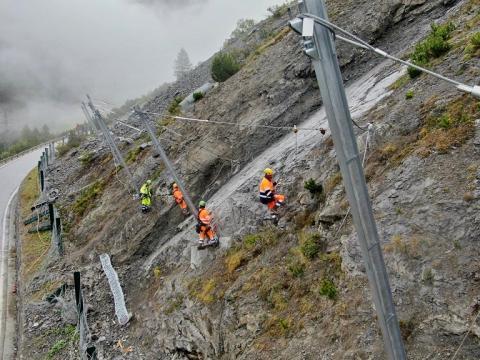 Lavori di costruzione della rete paramassi a Bormio