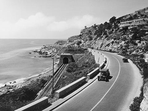 Immagine d'epoca di un tratto stradale sul mare