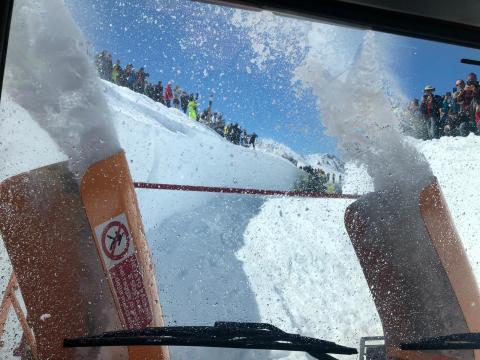 Ultime fasi di sgombero neve prima della riapertura del valico