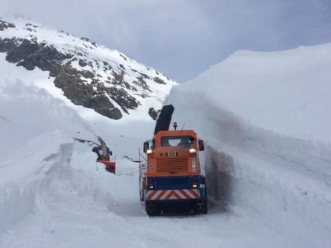 Lavori di sgombero neve al Passo dello Spluga