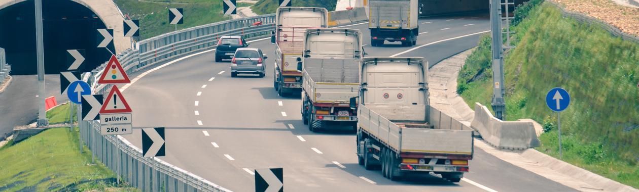 Immagine di un tratto autostradale Anas percorso da mezzi da lavoro