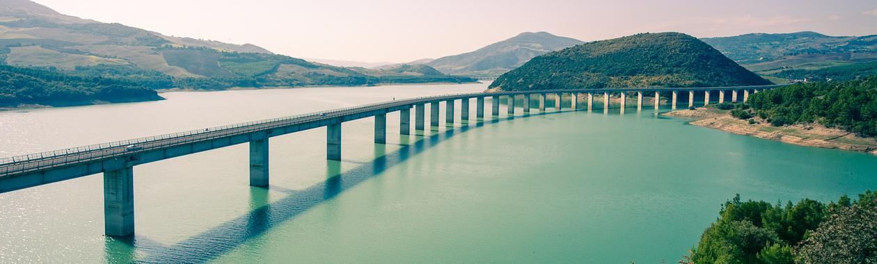 Immagine di un viadotto su un lago