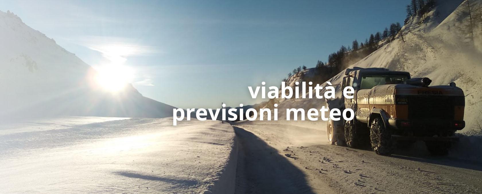 Immagine di una strada innevata con veicolo spazzaneve in azione - naviga alla pagina viabilità-invernale-il-piano-neve-anas