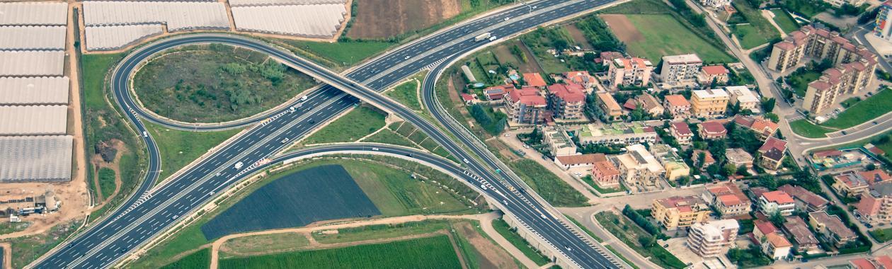 Immagine aerea di uno svincolo autostradale