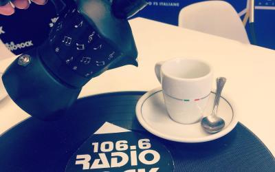 Immagine di una tazzina di caffe e della scritta 106.6 Radio Rock